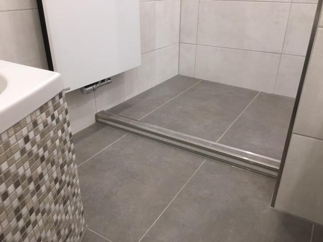 badezimmer mit mosaikfliesen und fliesen in betonoptik fliesenraum ihre fliesenausstellung. Black Bedroom Furniture Sets. Home Design Ideas
