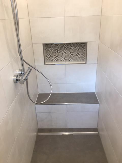 Badezimmer mit Mosaikfliesen und Fliesen in Betonoptik | fliesenraum ...