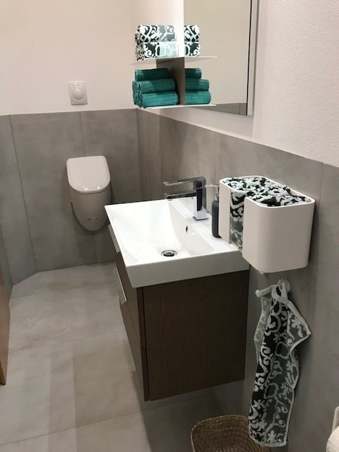 Kleines Bad, große Fliese, tolle Wirkung | fliesenraum ...